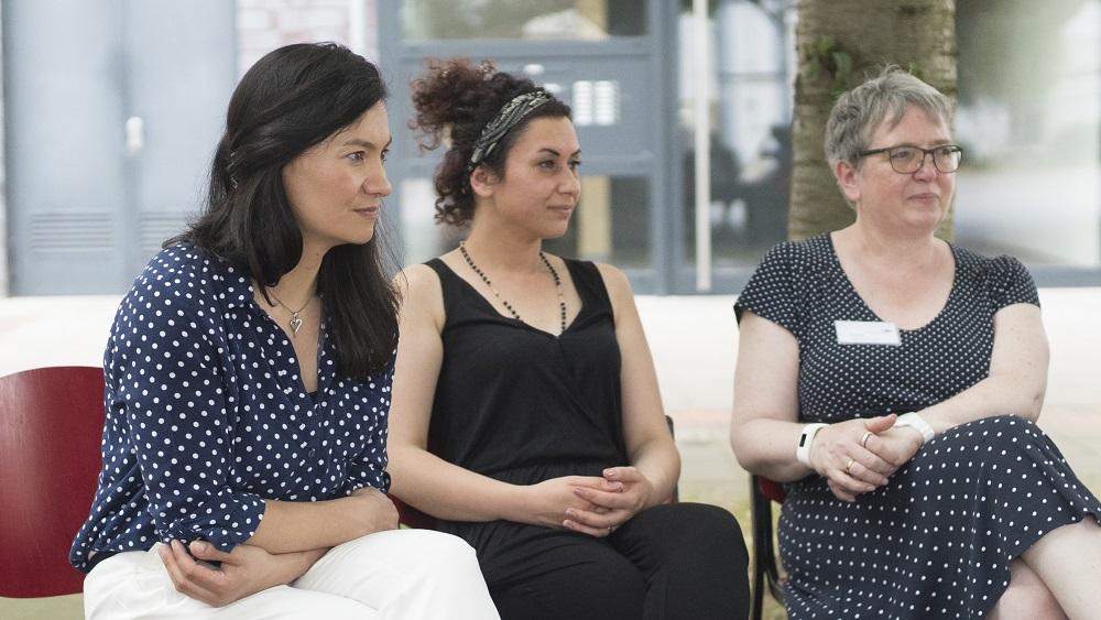 Elizaveta Khan vom Vorstand der Bürgerstiftung (links im Bild) und Jakleen Rafo (Mitte) zum Auftakt-Pressegespräch bei der Stiftung KalkGestalten. Salman Abdo.