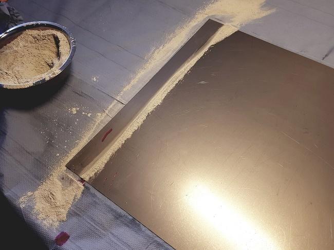Das mit dem EUROSORB Pulver gereinigte Metall zeigt durch Nachweis mit Testtinte hohe Oberflächenspannung Foto: KR – technewable.com