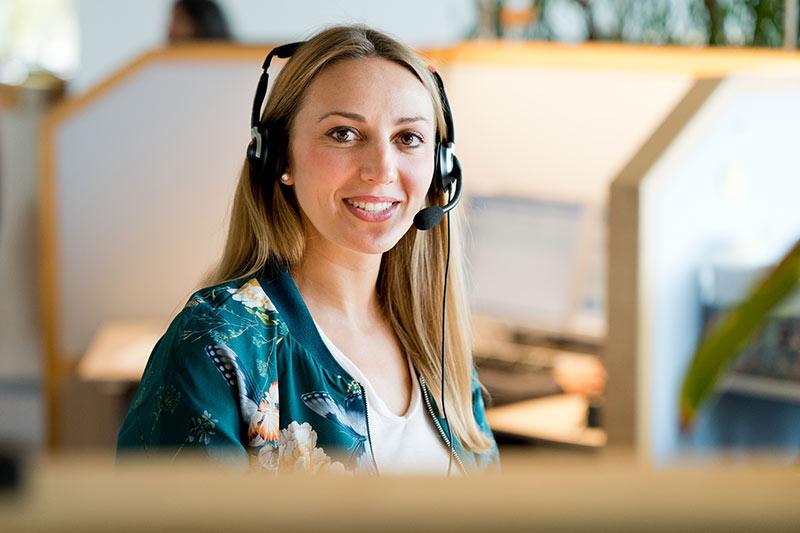 """Die Bankkauffrau Theresa Schwarz schätzt gerne anhand der Stimme das Alter der Anrufenden. Höchste Abweichung: """"Die Stimme hörte sich an wie Mitte zwanzig, die Kundin war 75."""""""