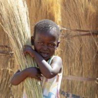 Lieferkettengesetz , kleiner Junge auf einem Feld