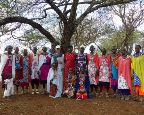 Annette Massmann mit Frauen der Massaigemeinde Selenkei, Kenia, die Weiterbildungen im Organischen Landbau absolvieren