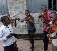 "Musikschulprojekt ""Ghetto Classics"" in Kenia, Kinder spielen Geige, © Art of Music"