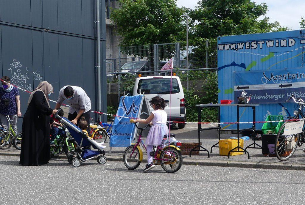Westwind in Hamburg bringt Menschen aufs Rad